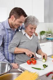 femme plus cuisine homme et femme plus âgée faisant cuire ensemble dans la
