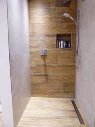 badgestaltung fliesen holzoptik kleines bad ideen fliesen holzoptik begehbare dusche glas