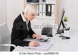 bureau comptable comptable bureau fonctionnant femme bureau photo de stock