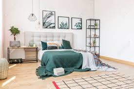 plante verte chambre à coucher livres sur une couverture verte et plante sur une table en bois à l