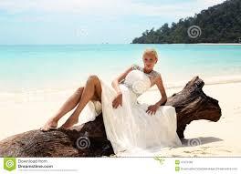 mariage en thailande mariée dans la robe de mariage posant sur la île