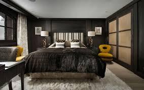 dunkles schlafzimmer schlafzimmer chalet design pelzteppich bettdecke dunkles holz