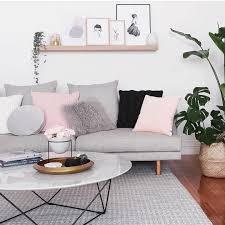 Wohnzimmer Einrichten Mit Schwarzer Couch Das Schwarze Kissen Erdet Das Sofa Und Spiegelt Sich Im Schwarzen