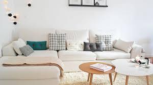 salon canape comment decorer un petit salon canape violette tapis rond coussins