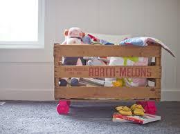 holzkiste kinderzimmer spielzeugkasten kinderzimmer alte holzkiste rollen rosa farbe