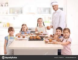cours cuisine enfant groupe d enfants et enseignant en cuisine pendant le cours de