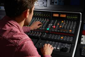 bureau d enregistrement bureau de working at mixing d ingénieur dans le studio d