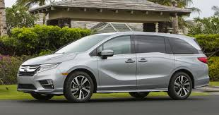 lincoln minivan minivan matchup edmunds compares chrysler pacifica and honda odyssey