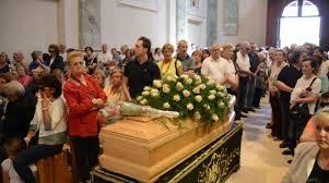 apparizione madonna delle ghiaie migliaia di fedeli per l addio ad adelaide una donna mariana