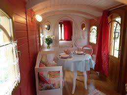 chambre d hôtes la roulotte de pellica roulotte lit et mixe forêt