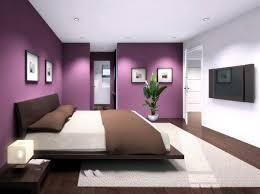 chambre prune et blanc sol marron murs violets un pan blanc chambre