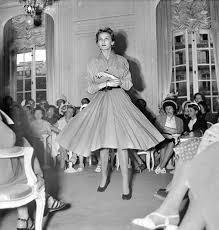 robe de mariã e vintage présentation d une robe lors d un défilé de mode chez christian
