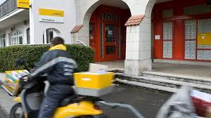 poste bureau douze bureaux de poste sont menacés dans le canton de ève rts