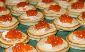 une russe en cuisine caviar et crème sure rouges sur des crêpes apéritif délicieux