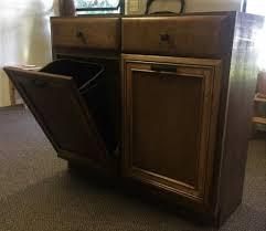 meuble cache poubelle cuisine elle retire les portes d u0027un cabinet et la manière dont elle le