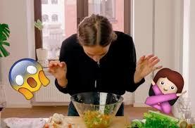 qui cuisine vidéo virale d une femme qui cuisine avec sa bouche