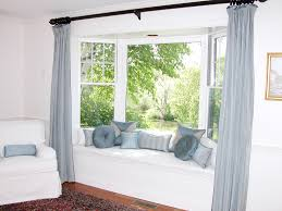 dormitorio con bow window buscar con google pinteres bay window seat with pillows can t decide if i like that curtain rod across the front it sure opens up the windows rather than the individual curtains i
