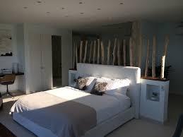 chambre deco bois bois flotté en décoration dans une maison en bord de mer