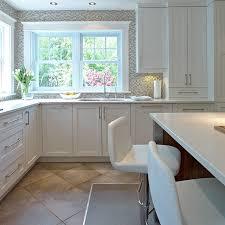 comptoir de cuisine quartz blanc armoires blanches contemporaines et comptoir de quartz blanc