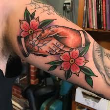tattoo old school mani tattoo old school due mani che si stringono con numeri e disegni e