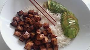 cuisiner le tofu nature tofu mariné et grillé riz basmati et avocat en tranches la fée