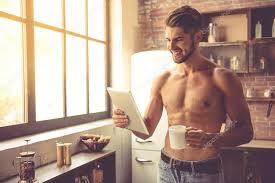 homme nu cuisine homme dans la cuisine photographie georgerudy 127218620