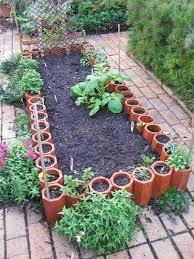 garden edging tips uisng small garden pot to edge the central area