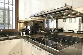 credence cuisine miroir crédence en miroir associée à un plan de travail en granit du