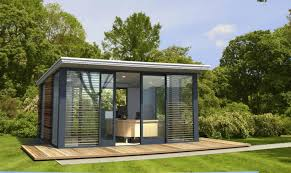 bureau de jardin design pavillon de jardin en verre et métal terrasse en bois massif