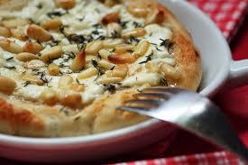 ardoise de fromage pizza caprine fromage de chèvre miel et pignons sof vous