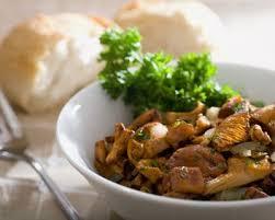 cuisiner des foies de volaille recette poêlée forestière aux foies de volaille