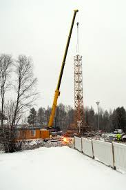 file mobile crane and tower crane in rovaniemi jpg wikimedia commons