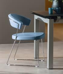 chaises cuisine cinq chaises colorées pour une cuisine haute en couleurs mobalpa