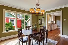 pareti sala da pranzo sala da pranzo con le pareti verde oliva di tono fotografia stock
