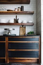 etagere de cuisine etagere de cuisine en bois nerve et placards noirs mat 5868719