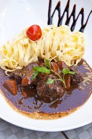 cuisiner du marcassin recette estouffade de marcassin aux chignons