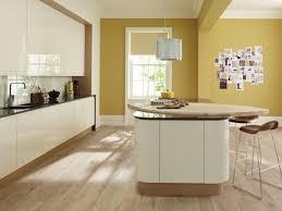 peinture cuisine jaune peinture cuisine avec meubles blancs 30 idées inspirantes