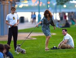 australian shepherd e gatto helena christensen and son mingus play with new puppy kuma in the