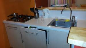 necessaire de cuisine plaque de cuisson bouilloire couverts lave vaisselle et petit