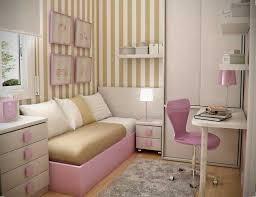 chambre fille petit espace chambre enfant petit espace chaise roulettes tapis rayures etageres