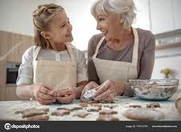 cuisine de mamie fille heureuse et s amuser dans la cuisine de mamie photographie