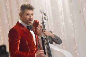 halloween shirts target brett eldredge surprise serenades fans with christmas music on
