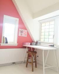 bureau flexa meisjeskamer met schuin dak witte houten vloer kleur flowerbulb
