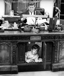 sous le bureau kennedy jr sous le bureau de père stanley tretick 1963