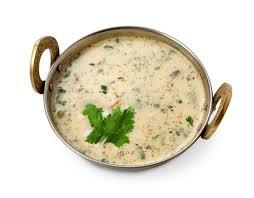 cuisine froide vegan et plat indien végétarien de cuisine soupe froide à raita de