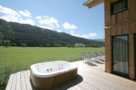 spa d exterieur bois spa semi encastré dans une terrasse en bois dans les alpes