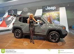 jeep girls het spreken over 2015 jeep renegade redactionele afbeelding