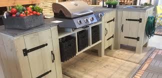 cuisine exterieure en une cuisine extérieure en bois d échafaudage pour les makers