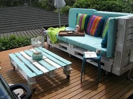 gartenmöbel selber bauen paletten farbige dekokissen streifen