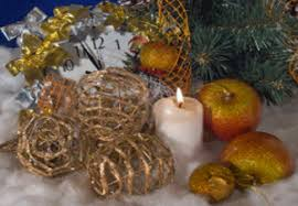 White Christmas Centerpieces - stylish christmas decor gold and white color scheme